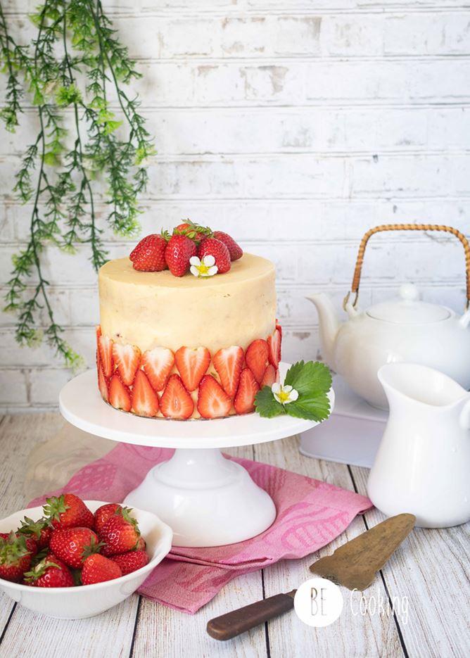 Tarta de fresas de temporada con cobertura de mantequilla noisette